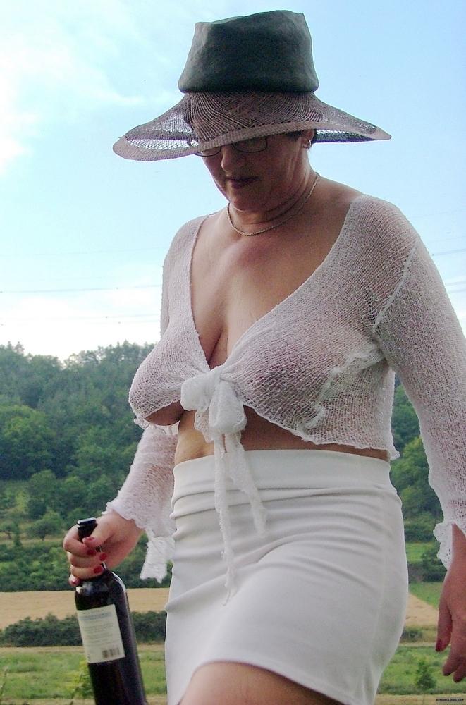 brune chaudasse femme salope sans culotte
