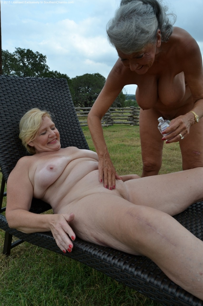 Femmes nues en action